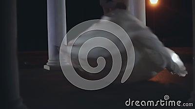 Erster Tanz von Jungvermähltenpaaren in der Hochzeitszeremonie Pflegen Sie das Drehen um die Braut im weißen Kleid am Abend stock video footage