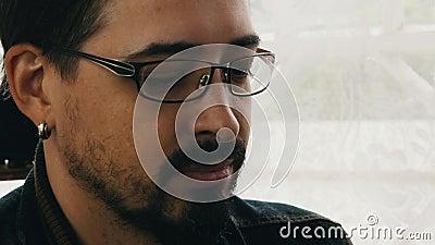 Erwachsener bärtiger Mann in den Gläsern trinkt Kognak auf Terrasse alcohol Kurzes Glas stock video footage
