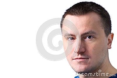 Erwachsener Mann, der mit einem Smirk steht