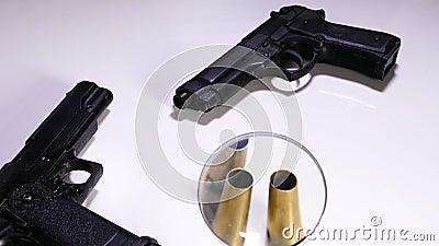 Esaminando le intelaiature della pallottola e della pistola video d archivio