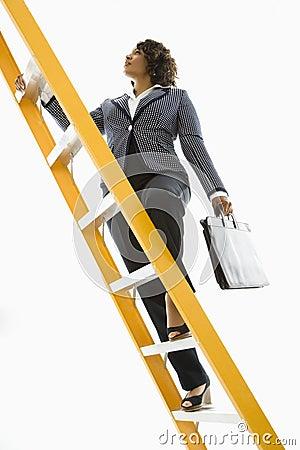 Escada de escalada da mulher de negócios.
