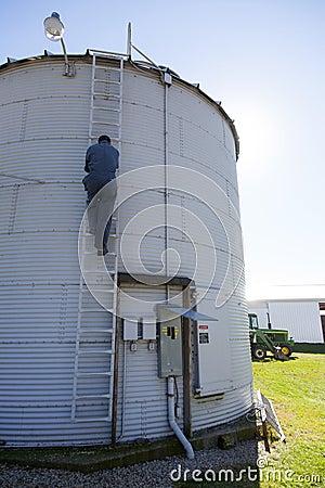 Escalando para baixo um silo de grão