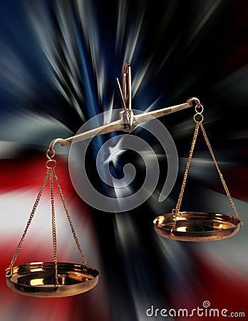 Escalas de justiça e da bandeira dos E.U.