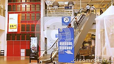 Escalator à IKEA transportant des clients au plancher supérieur banque de vidéos