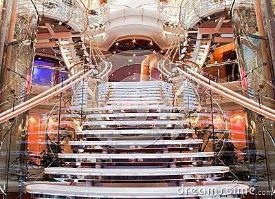 Escalera espectacular del barco de cruceros