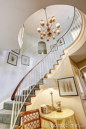 Escalera espiral en casa de lujo foto de archivo imagen - Escaleras de casas de lujo ...
