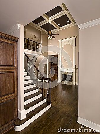 Escalera a la sala de estar de lujo con la chimenea for Salas con escaleras