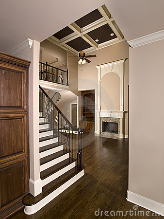 Escalera a la sala de estar de lujo con la chimenea for Escaleras de sala