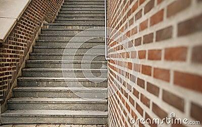 Escalera y pared de ladrillo