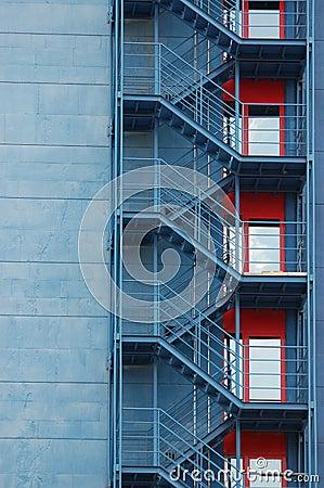 Escaleras exteriores en el edificio foto de archivo libre for Escaleras metalicas exteriores precios