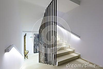 Escaleras iluminadas en hotel de lujo moderno foto de for Hoteles de lujo modernos