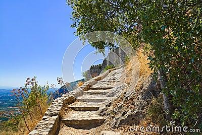 Escaleras a la fortaleza vieja en Mystras, Grecia