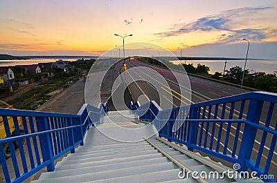 Escaleras que caminan a la carretera