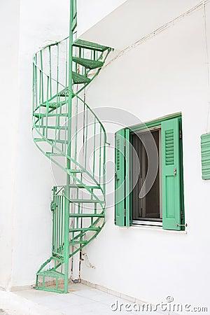 Escaleras verdes viejas al aire libre en una casa en - Escaleras al aire ...