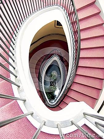 Escalier spiralé, tapis rouge