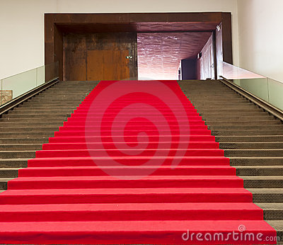 Escaliers couverts du tapis rouge