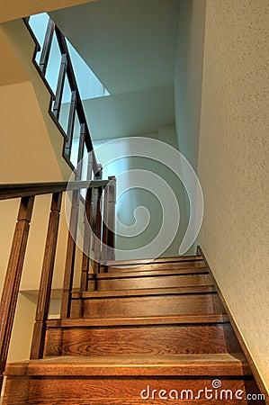 Escaliers en bois dans la maison neuve images stock - Maison neuve en bois ...
