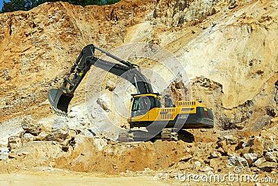 Escavatore giallo, chiatta