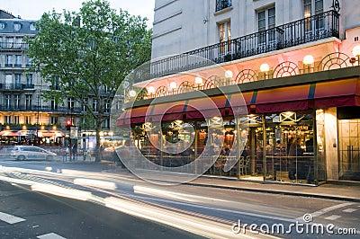 Escena de la noche de París Francia de los bistros Fotografía editorial