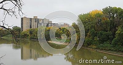 Escena del río Assiniboine en Winnipeg, Canadá 4K almacen de metraje de vídeo