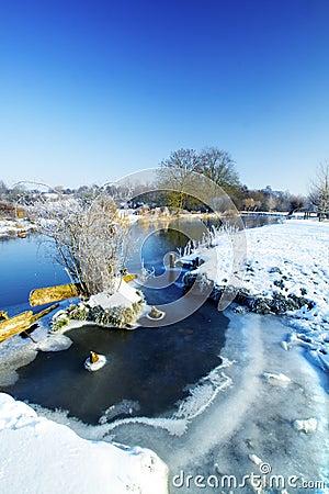 Escena del río del invierno