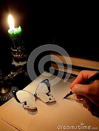 Escena romántica con la mano de la escritura de la mujer