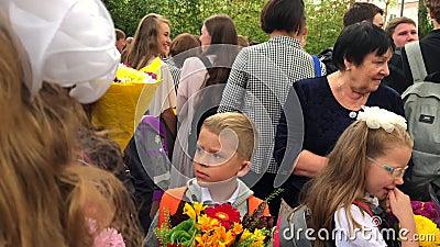 Escolar - de primer grado con un gran y hermoso ramo de flores almacen de metraje de vídeo