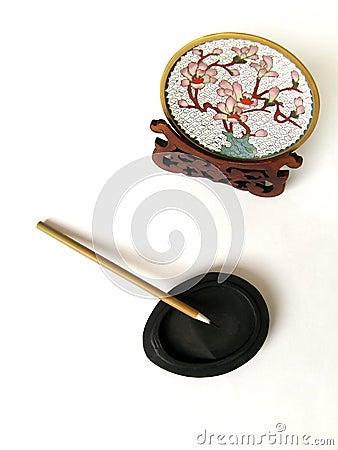 Escova chinesa da pena na pedra da tinta
