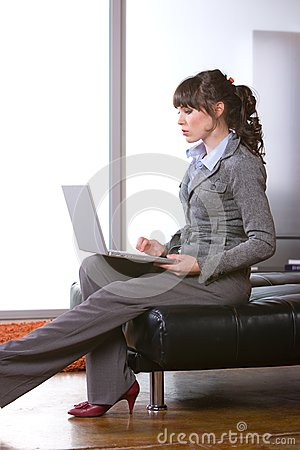 Escritório moderno da mulher de negócio