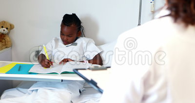 Escrita doente da menina em um livro vídeos de arquivo