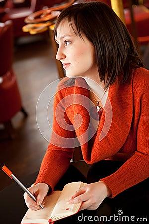 Escritura hermosa de la mujer joven