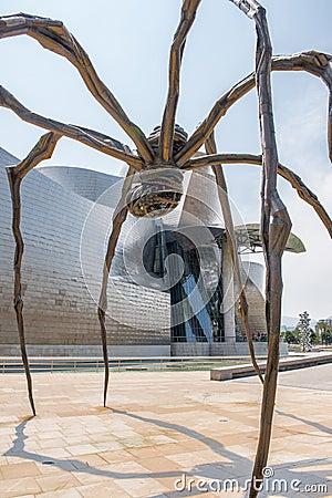 Escultura de bronce y museo de Guggenheim en Bilbao Foto de archivo editorial