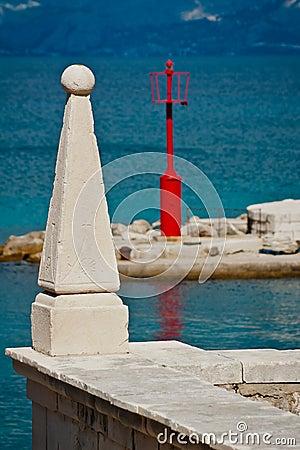 Escultura de piedra con el mar y el faro