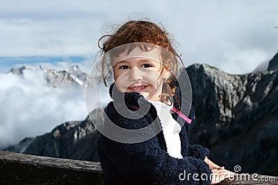 Escursione del bambino nelle alpi