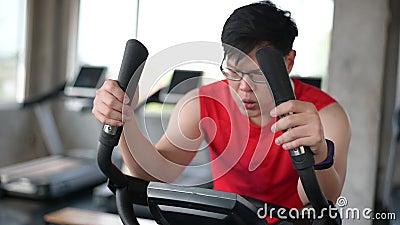 Esercitazione in bicicletta da uomo sportivo nella palestra di fitness Stile di vita e svago per un corpo sano e intelligente stock footage