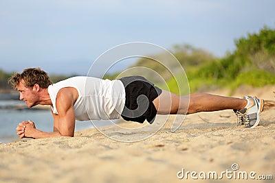 Esercizio della plancia dell uomo di forma fisica di addestramento di Crossfit