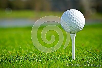 Esfera de golfe no fim do T acima