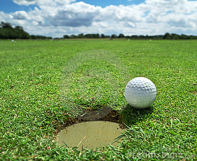 Esfera de golfe no furo