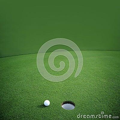 Esfera de golfe no verde