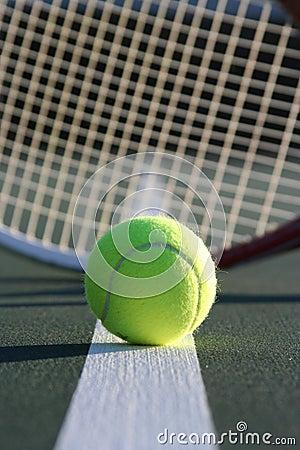 Esfera e raquete de tênis
