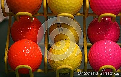 Esferas de golfe coloridas.