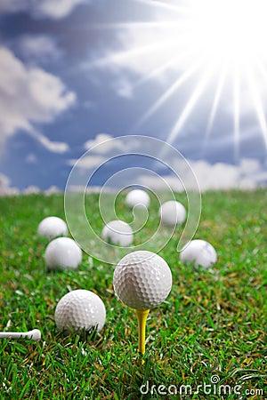 Esferas de golfe na grama