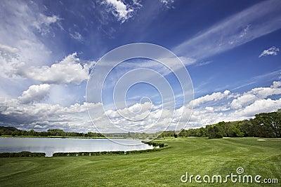 Espacio abierto del campo de golf y cielo fantástico