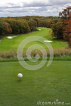 Espacio abierto del golf en otoño