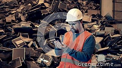 Especialista em homens está observando uma pilha de máquinas de escritório descartadas vídeos de arquivo