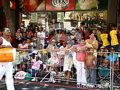 Espectadores del carnaval del trovador de Ciudad del Cabo Imagen editorial
