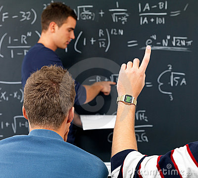Espera eu sei a resposta - mão dos estudantes levantada