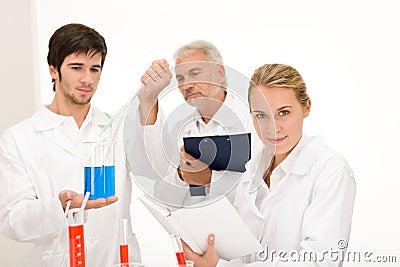 Esperimento di chimica - scienziati in laboratorio