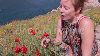 Espirros da menina porque está aspirando flores poppy allergy vídeos de arquivo