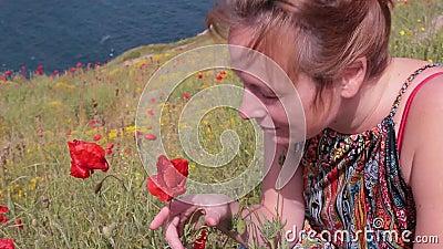 Espirros da menina porque está aspirando flores poppy allergy video estoque